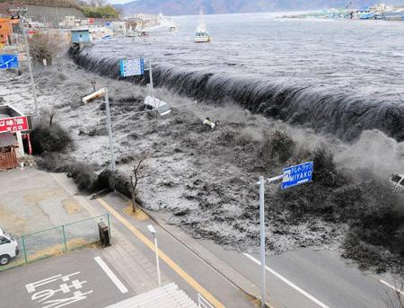 历史罕见海啸预警来了!热心迎客却连遭美国欺负,日本最近不顺心
